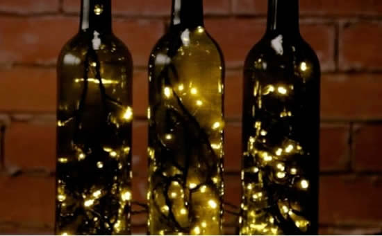 Enfeites com garrafas de vidro e pisca-pisca para Natal