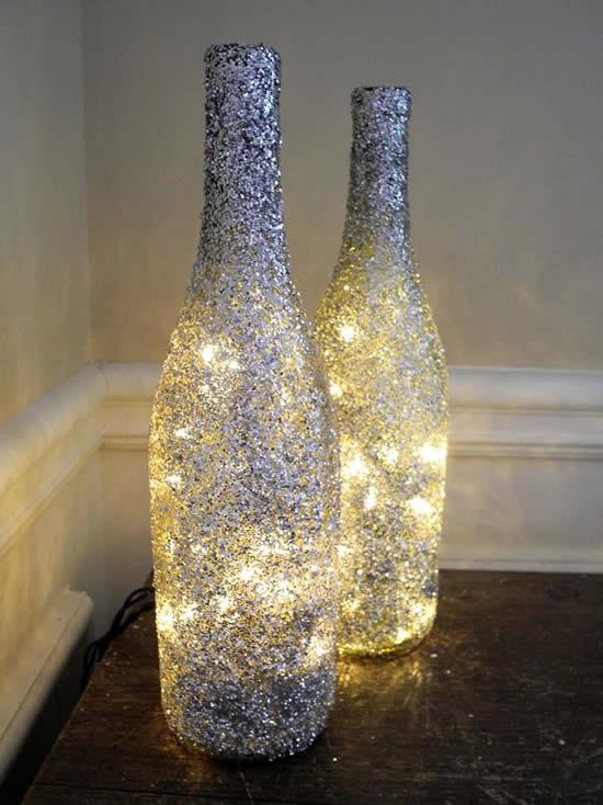Decoração com garrafas de vidro e pisca-pisca para Natal