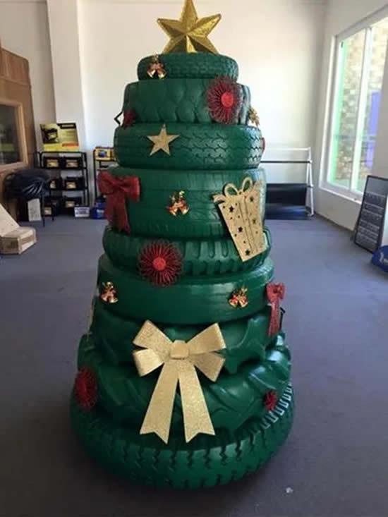 Árvore de Natal com pneus velhos