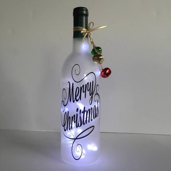 Decoração de Natal com pisca-pisca e garrafas
