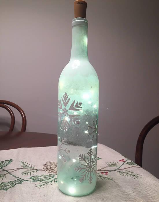 Enfeite com pisca-pisca e garrafas