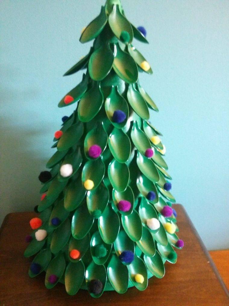 árvores de natal com colheres de plástico