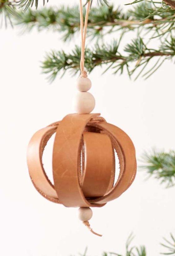 lindo enfeite natalino com tiras