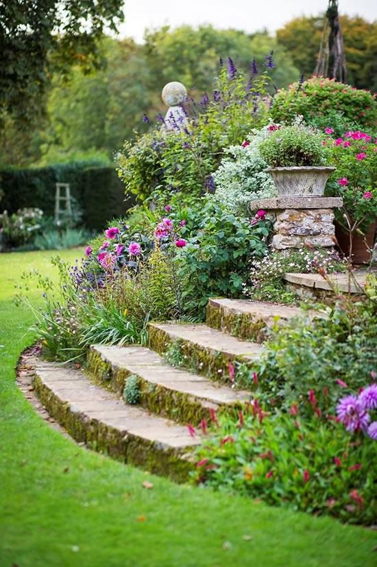 Escada com pedras para jardim