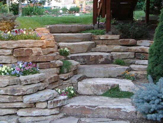 Lindas escadas com pedras no jardim