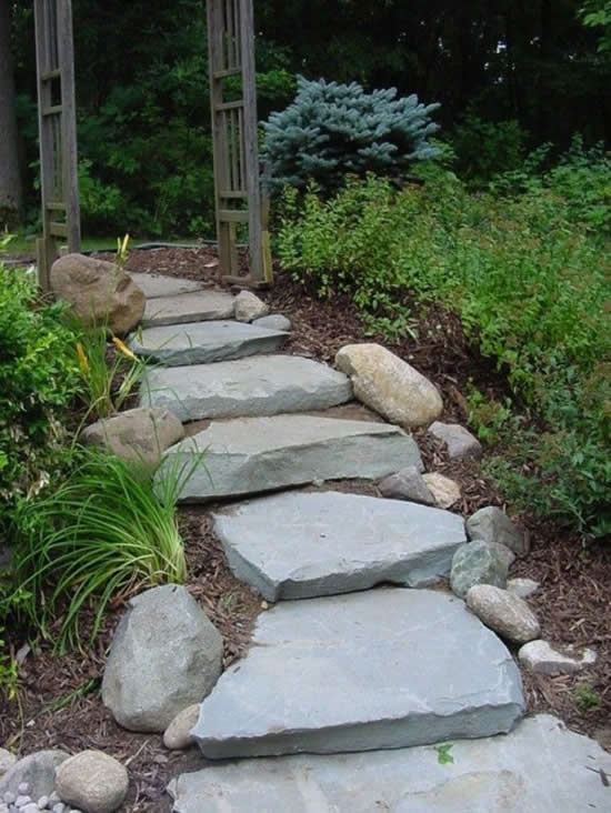 Escada perfeita com pedras no jardim