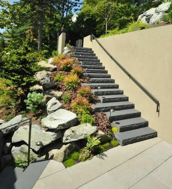 Decoração com pedras para escada de jardim