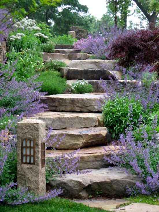 Escada com pedras no jardim