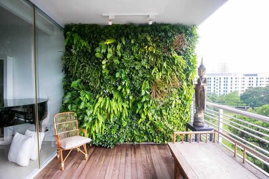 Parede verde na varanda do apartamento