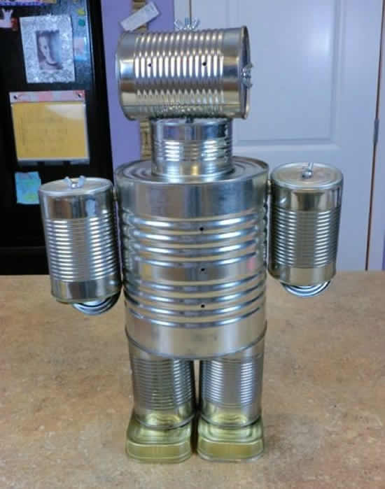 Robô feito de latas