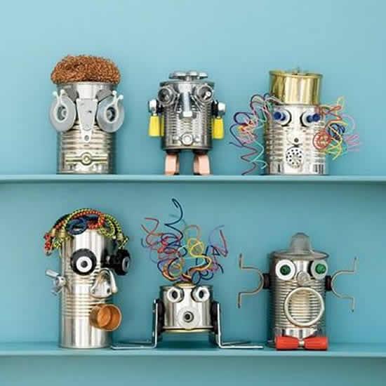 Robôs feitos de latas