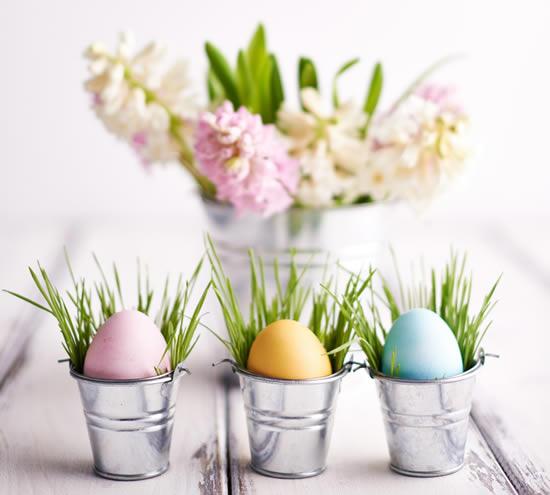 Decoração de Páscoa com arranjos de flores