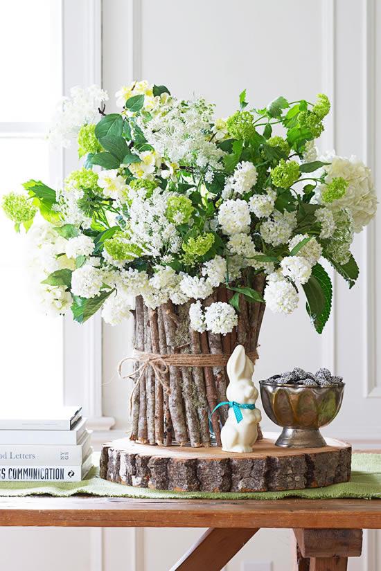 Arranjo de flores para decoração de mesa de Páscoa