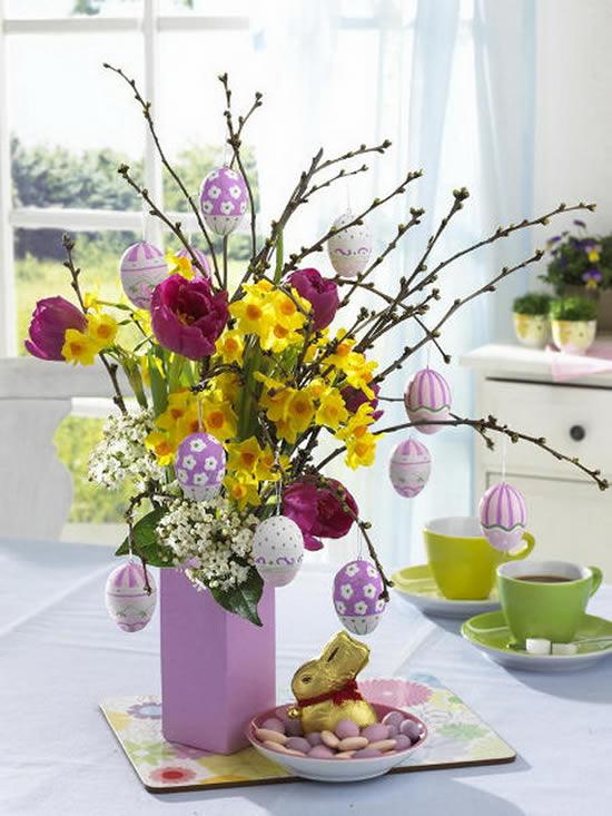 Decoração de Páscoa com arranjos de flores na mesa