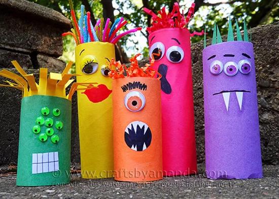 Monstros com rolos de papelão