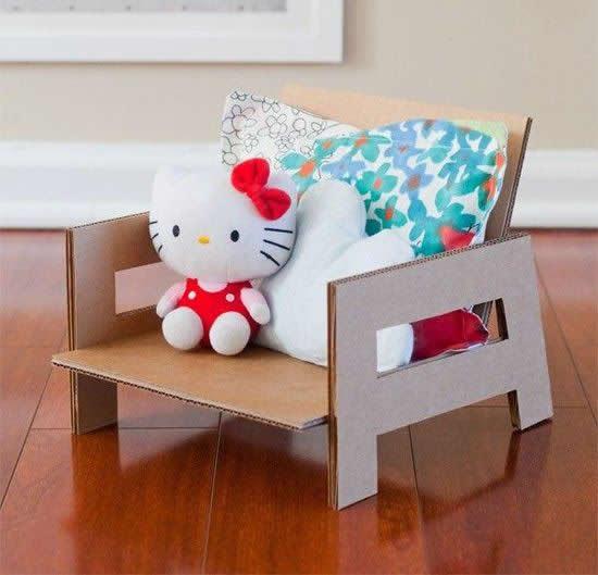 Cadeira de brinquedo com caixa de papelão