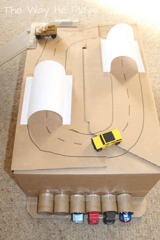 Brinquedo com caixa de papelão
