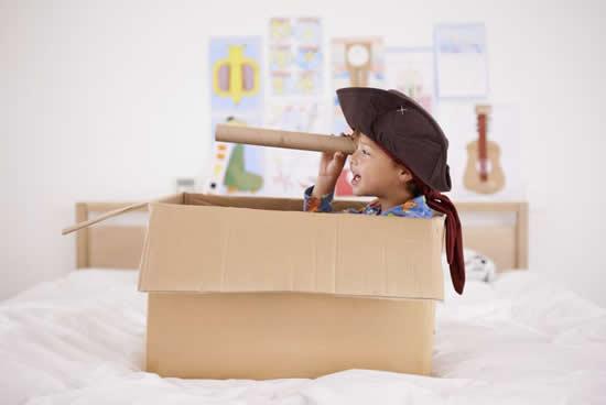 Navio de pirata com caixa de papelão