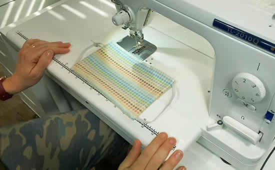 Costurando máscara de tecido
