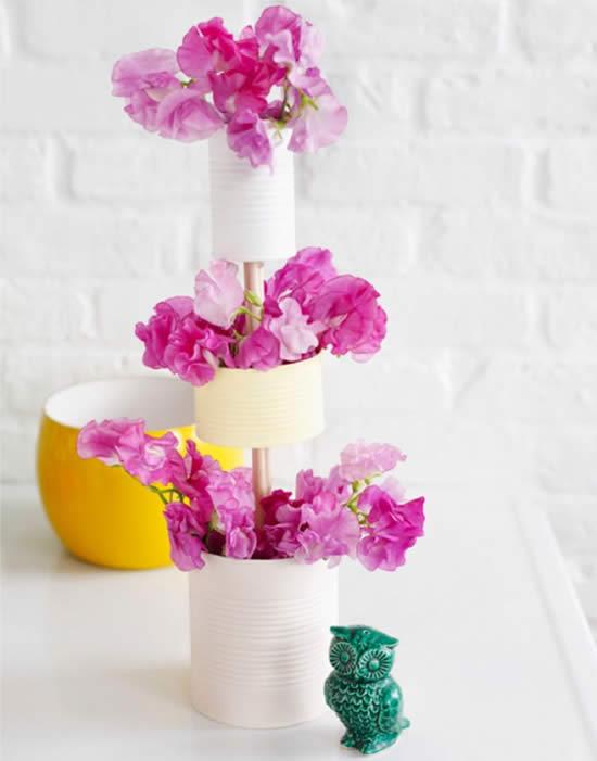 Arranjo de flor com lata de leite