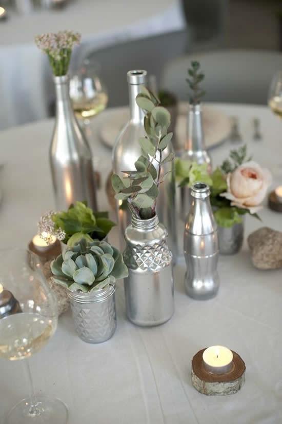 Arranjo de flores em garrafas de vidro