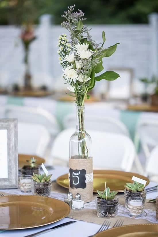 Arranjo de flores em garrafa de vidro
