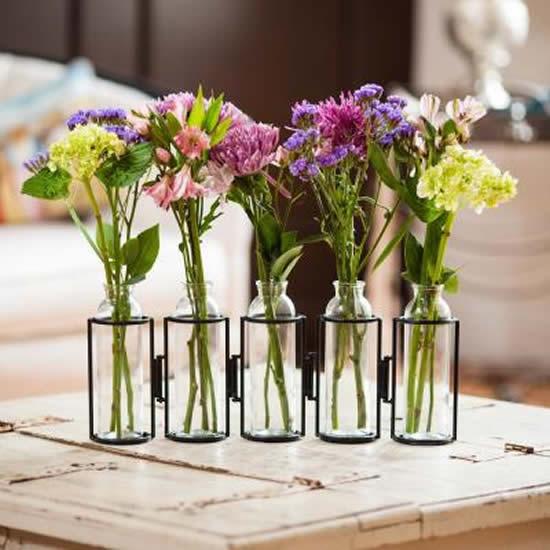 Arranjo de flor em garrafinhas