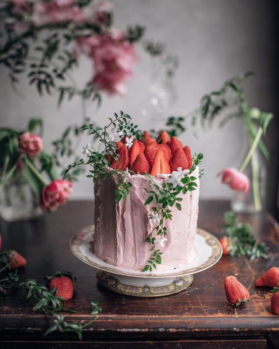Bolo decorado com morango