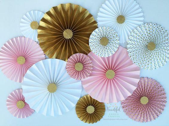 decoração com sanfonas de papel dourada
