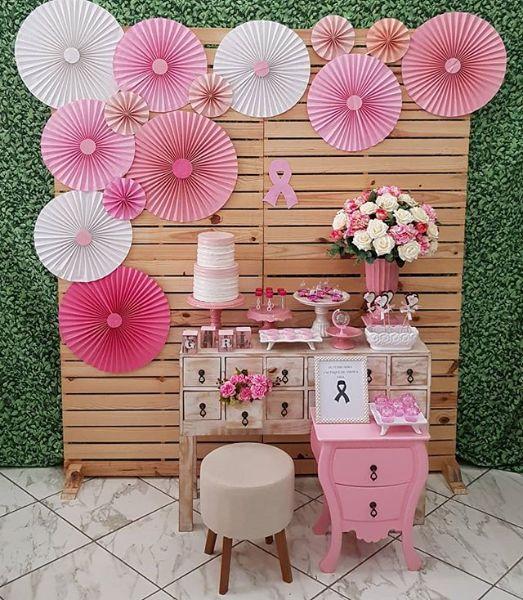 mural com rosetas de papel rosa princesa