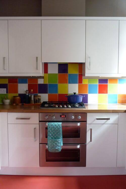 Linda pintura de cerâmica com tintas coloridas na cozinha