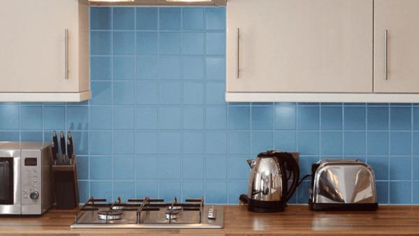 Pintando azulejos com tinta azul