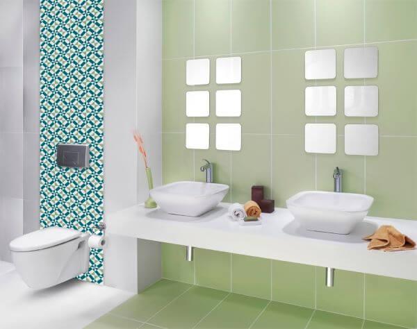 Lindo banheiro com azulejos pintados com tinta verde