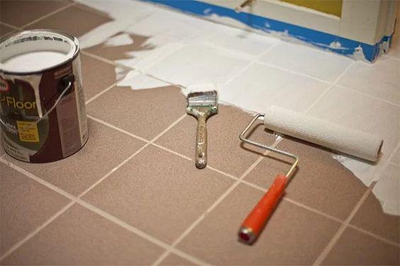 Pintando cerâmica no piso  com tinta