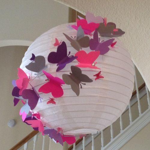 decorando lanterna japonesa com borboletas