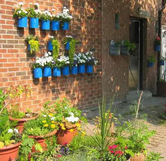 Jardim suspenso com latas