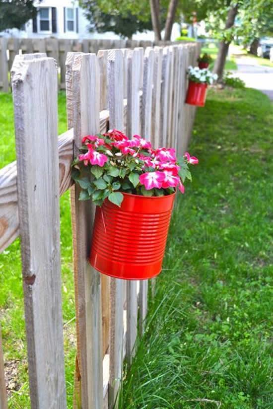 Lindo jardim suspenso com latas