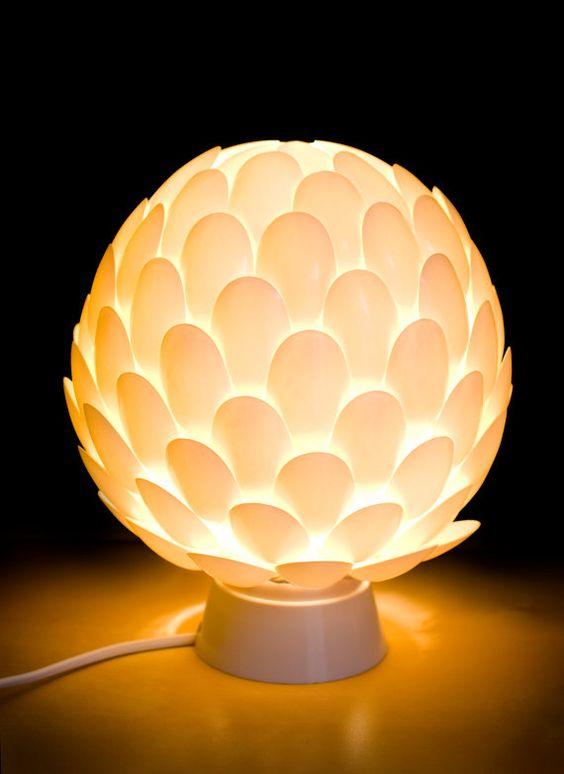 luminária com colheres