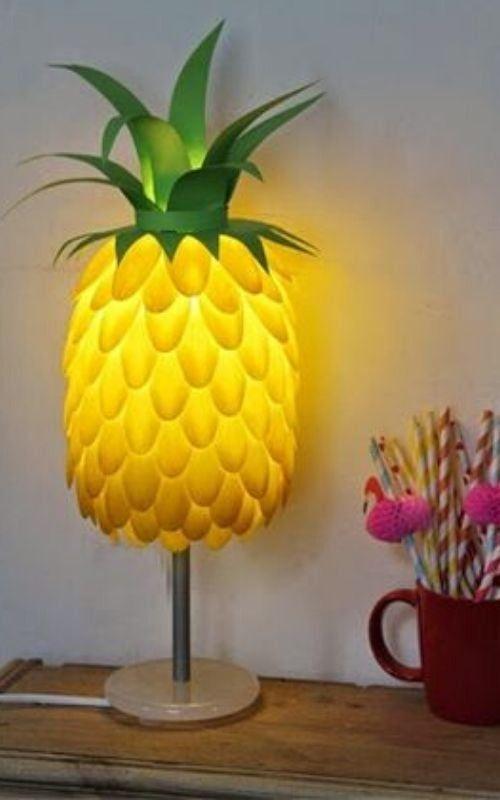abacaxi com colheres plásticas