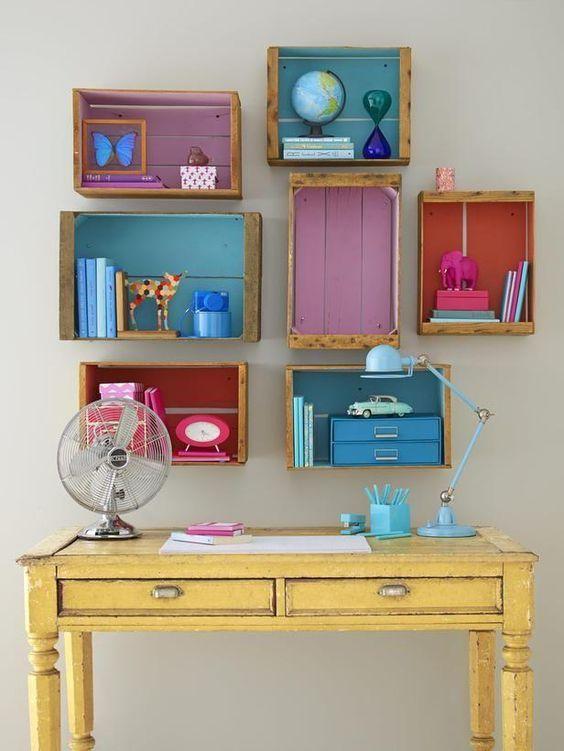 Linda escrivaninha de estudo com nichos de caixotes de madeira