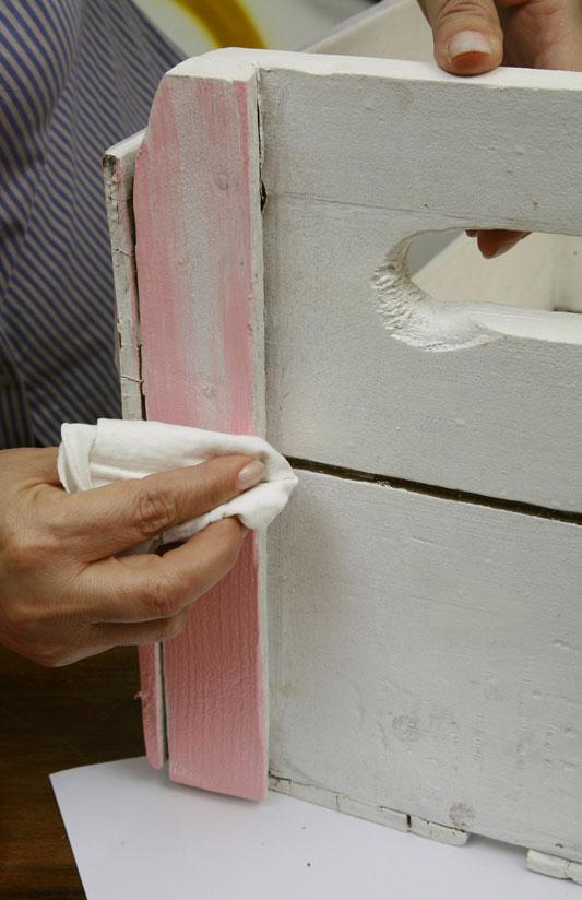 pintando caixote de madeira