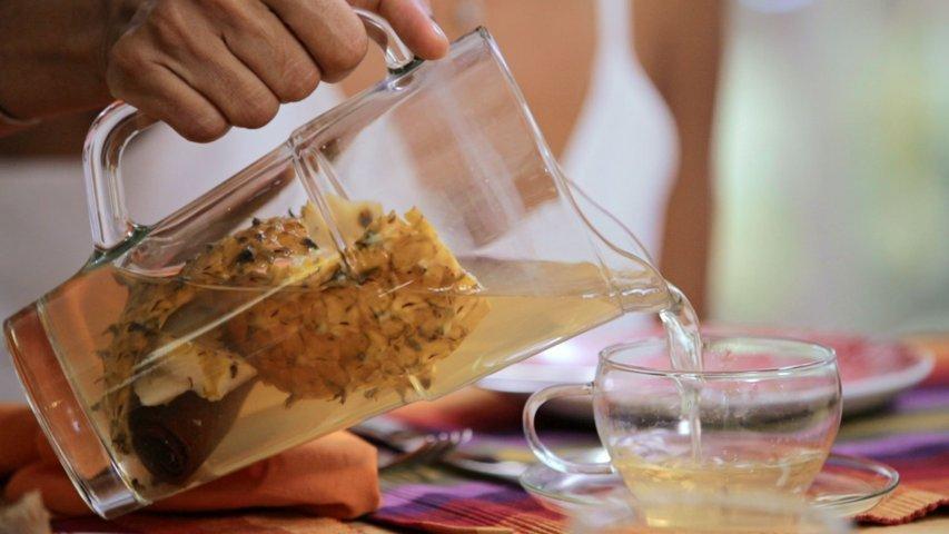 servindo chá de abacaxi