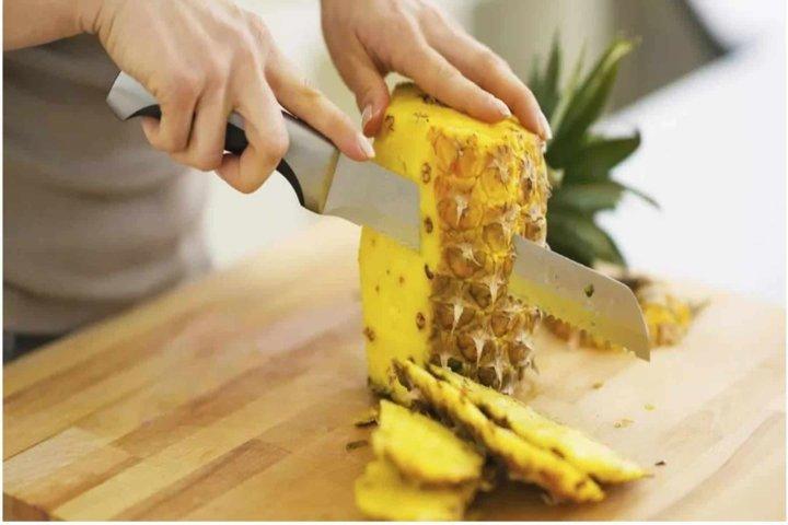 cortando a casca do abacaxi