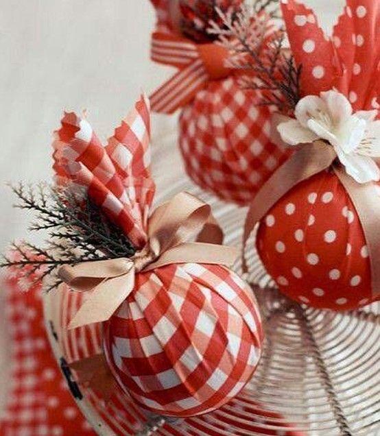 Decoração de Natal com bola de isopor.