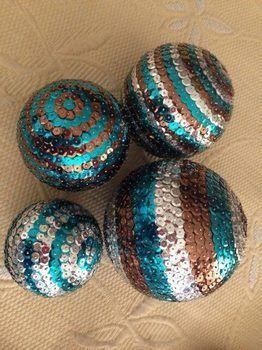 Bolas de Natal com tachinhas coloridas