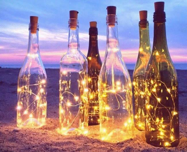 Enfeites criativos com garrafas de vidro e pisca-pisca para Natal