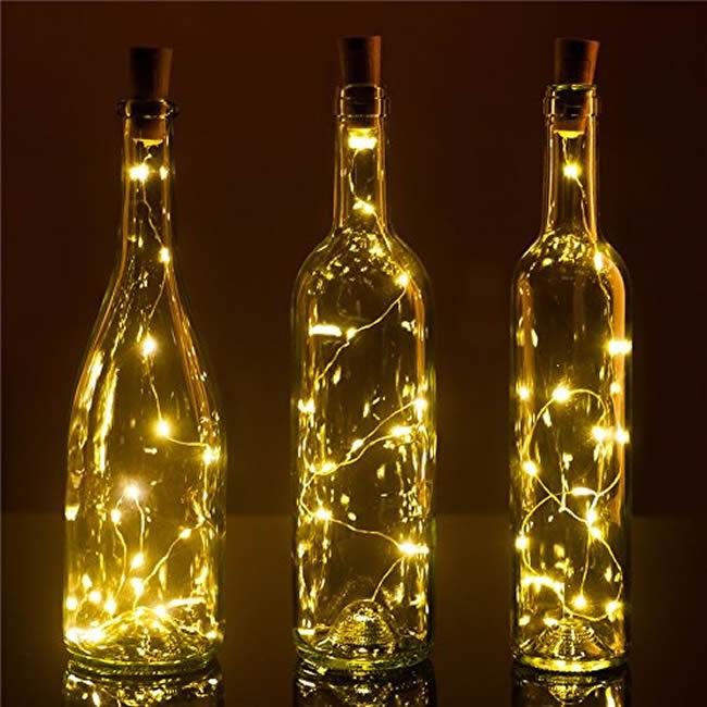 Enfeites com pisca-pisca e garrafas de vidro