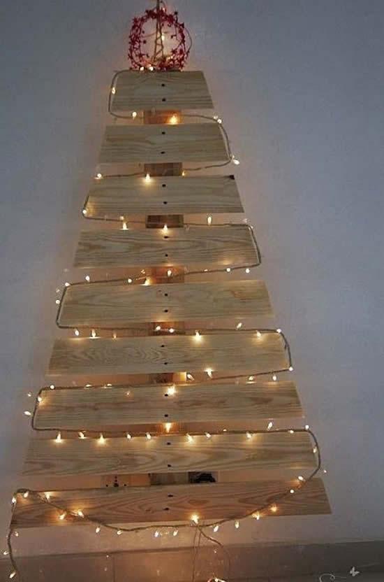 Árvore de Natal com pallets e pisca-pisca