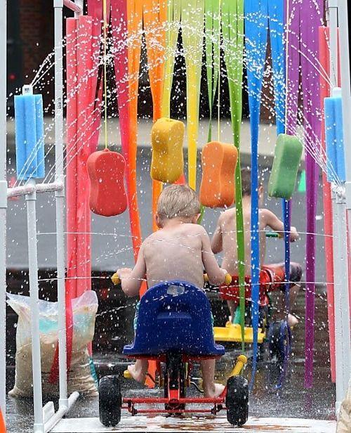 Banho no quintal brincadeira de férias