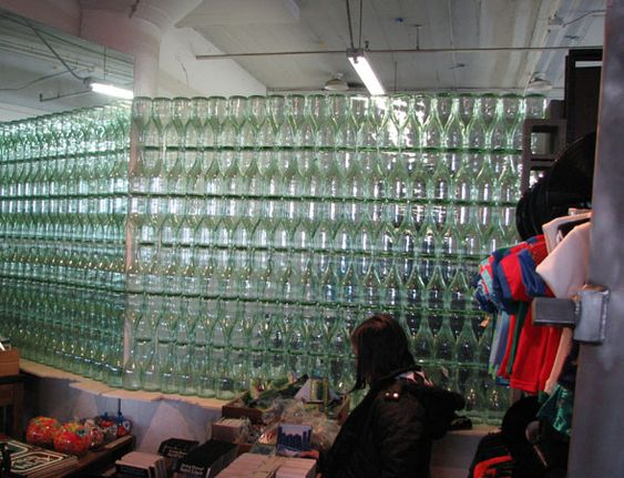 parede divisória com garrafa pet